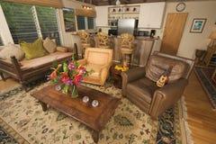 热带内部的客厅 免版税图库摄影