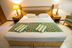 热带别墅卧室的内部南男性环礁的 免版税图库摄影