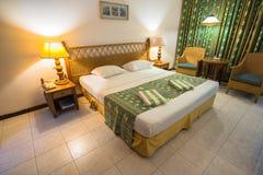 热带别墅卧室的内部南男性环礁的 免版税库存照片
