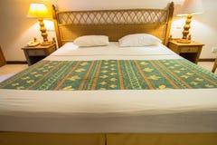 热带别墅卧室的内部南男性环礁的 库存照片