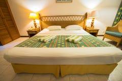 热带别墅卧室的内部南男性环礁的 免版税库存图片