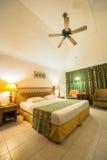 热带别墅卧室的内部 免版税图库摄影