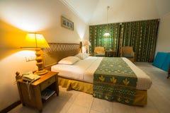 热带别墅卧室的内部 免版税库存照片