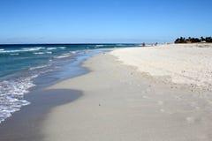 热带加勒比海滩和绿宝石水风景 免版税库存图片
