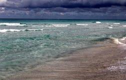 热带加勒比海滩和绿宝石水风景 免版税图库摄影