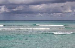 热带加勒比海滩和绿宝石水风景 免版税库存照片
