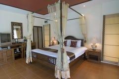 热带卧室东方的样式 免版税库存图片