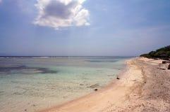 热带原始海滩和透明的绿松石水 免版税库存照片