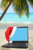 热带圣诞节的膝上型计算机 免版税库存图片