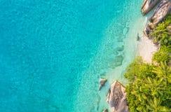 热带塞舌尔群岛的空中照片在拉迪格岛海岛靠岸 免版税库存图片