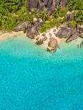 热带塞舌尔群岛的空中照片在拉迪格岛海岛靠岸 库存图片