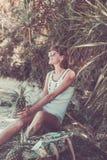 热带夏天妇女用菠萝 户外,海洋,自然 巴厘岛天堂 印度尼西亚 免版税库存照片