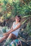 热带夏天妇女用菠萝 户外,海洋,自然 巴厘岛天堂 印度尼西亚 免版税库存图片