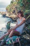 热带夏天妇女用菠萝 户外,海洋,自然 巴厘岛天堂 印度尼西亚 库存图片