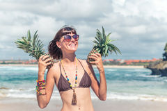 热带夏天妇女画象用两个菠萝 户外,户外,海洋,自然 巴厘岛天堂 图库摄影