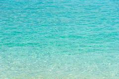 热带夏天海滩和透明蓝色海水背景 库存照片