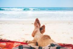 热带天堂是与五颜六色的平房的一个沙滩 免版税库存照片