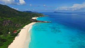 热带天堂海滩鸟瞰图与白色沙子和天蓝色的水的盛大Anse,拉迪格岛海岛,塞舌尔群岛的 股票录像