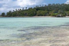 热带天堂玻利尼西亚海滩海洋海水晶水明白沙子 库存图片