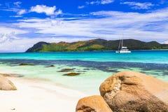 热带天堂-塞舌尔群岛,与游艇的看法 免版税库存照片
