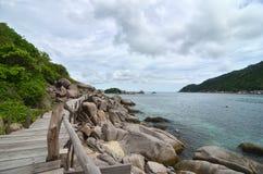 热带天堂-沿海边的木路在小 免版税库存图片