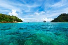 热带天蓝色的海岛的海运 免版税图库摄影