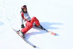 热带女孩第一滑雪  库存照片