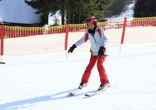 热带女孩第一滑雪  免版税库存图片
