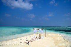 热带婚礼在Maafushi盐水湖设定了  免版税库存图片