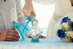 热带婚礼 沙子仪式 在一个船舶样式的婚礼 免版税库存照片