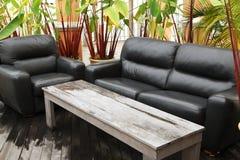 热带室外的沙发 库存图片
