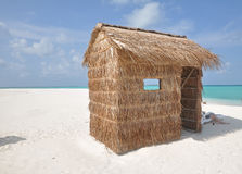 热带小屋的海岛 免版税库存照片