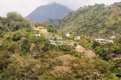 热带小山的黄色之家 免版税库存图片