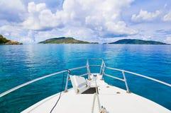 热带小船的海岛 免版税库存照片