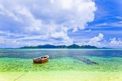热带小船的海岛 图库摄影