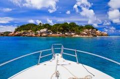 热带小船的海岛 库存图片