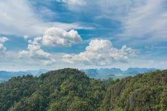 热带山和蓝天 免版税图库摄影