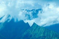 热带山脉和云彩,考艾岛夏威夷 免版税库存图片