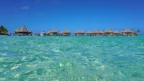 热带平房在从海的盐水湖浮出水面 免版税库存图片