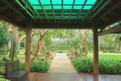 热带庭院的路径 免版税图库摄影