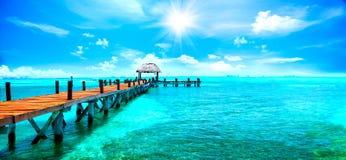 热带异乎寻常的手段 在坎昆,墨西哥附近的跳船 旅行和假期概念 库存照片