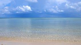 热带惊人的海滩 海浪和多云天空背景 白色沙子和水晶蓝色海 库存图片