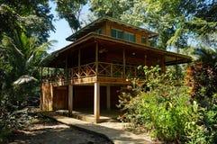 热带房子在密林 免版税库存图片