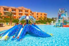 热带手段三角落晴朗的海滩在Hurghada 库存图片
