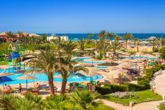 热带手段三角落晴朗的海滩在Hurghada 免版税库存图片