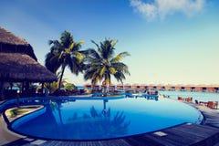 热带手段游泳池和咖啡馆酒吧 库存照片