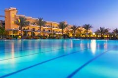热带手段游泳池在Hurghada在晚上 库存照片