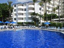 热带旅馆和水池在阿卡普尔科墨西哥 免版税图库摄影