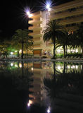 热带旅馆的晚上 免版税库存图片