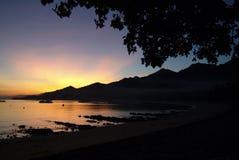 热带日出在Pemuteran,巴厘岛,印度尼西亚村庄  免版税图库摄影